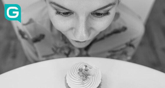 Frau pustet Torte tot